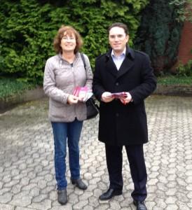 Haustürwahlkampf für Detlef Loosz: SPD-Stadtverordnete Angelika Zimmermann und SPD-Landtagsabgeordneter Stefan Kämmerling