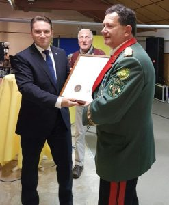 Stefan Kämmerling MdL übergibt die Ehrenplakette für das Engagement im Schützenwesen des Landes Nordrhein-Westfalen an den 1. Brudermeister Hans-Dirk Coppeneur