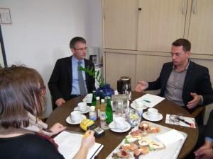 Martin Peters (rechts im Bild) im Gespräch mit dem Vorsitzende der SPD-Landtagsfraktion Rheinland-Pfalz Hendrik Hering