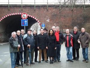 Ortstermin vor der Tunnelröhre: Die SPD-Fraktion des Städteregionstages schaute sich das Nadelöhr am Sticher Berg an.