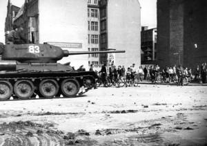 Von der sowjetischen Besatzungsmacht eingesetzte Panzer zur Niederschlagung der Unruhen in der Berliner Schützenstraße; Bild: Bundesarchiv CC BY-SA 3.0 DE