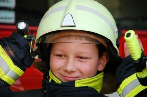 Kind in Feuerwehrschutzkleidung (© alisseja - Fotolia.com)