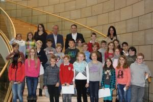Versuchten sich auf Einladung von Landtagsabgeordnetem Stefan Kämmerling (oben, Bildmitte) einmal selbst als Parlamentarier: Schüler der Grundschule Kinzweiler.