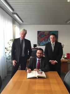 Eintrag ins Goldene Buch der Stadt Eschweiler mit dem Ersten und Technischen Beigeordneten der Stadt Eschweiler Hermann Gödde (links)
