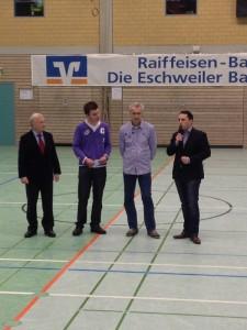 V.l.n.r.: Vorstandsvorsitzender der Raiffeisenbank Eschweiler Johannes Gastreich, Tim Schmitz (Turnierleitung), Frank Dickmeis (Vorsitzender Germania Dürwiß) und Stefan Kämmerling MdL