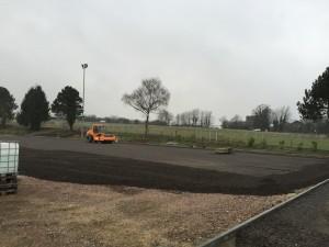 Derzeit rollen in Gressenich die Bagger für den Bau des neuen Kunstrasenplatzes. Im Frühjahr 2016 sollen sie auf der angrenzenden Weide zwischen dem Stadion der SG und der Landesstraße 12 tätig werden. Dort errichtet Investor Egon Schreck für die Discount-Kette Netto einen Markt mit 70 Parkplätzen.