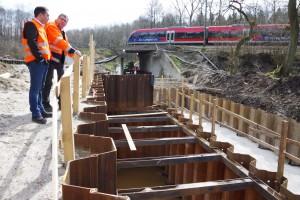 EVS-Geschäftsführer Christian Hartrampf erläutert Stefan Kämmerling den Baufortschritt; Bild: Jürgen Lange
