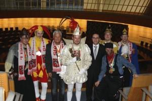 Prinz Daniel I. (Stolberg) zusammen mit seinem Hofstaat und dem Landtagsabgeordneten Stefan Kämmerling auf der Besuchertribüne des Landtags