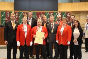 Der Fidele Bessemkriemer Harald Minderjahn (4.v.l.) wird in Düsseldorf vom Vizepräsidenten des Landtags Dr. Gerhard Papke (5.v.r.) für seine Verdienste um den Karneval geehrt.