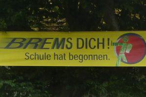 Leuchtende Banner mahnen: Schule hat begonnen!; Bild: Verkehrswacht Monschau