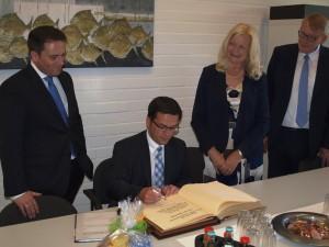 NRW-Justizminister Thomas Kutschaty trägt sich in das Goldene Buch der Stadt Monschau ein