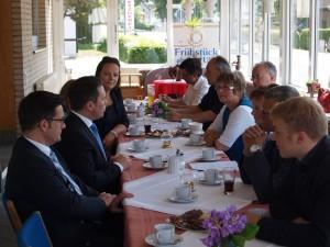 NRW-Justizminister Thomas Kutschaty (vorne links) und Stefan Kämmerling MdL im Gespräch mit Kommunalpolikerinnen und Kommunalpolitikern aus Monschau