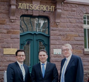 NRW-Justizminister Thomas Kutschaty, Stefan Kämmerling MdL und der Präsident des Oberlandesgerichtes Köln Peter Kamp vor dem Amtsgericht Monschau