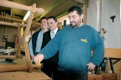 Alte Schätzchen werden in der Werkstatt aufgemöbelt: Wie lange Mehmet noch seinen Job hat, weiß er nicht.  Die SPD-Politiker Stefan Kämmerling (M.) und Martin  Peters besuchten die  Betroffenen. Foto: Anja Klingbeil