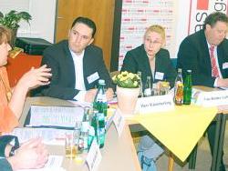 Angeregte Diskussionsrunde: Politiker und Mitarbeiter der Caritas tauschten Gedanken über Verbesserungsmöglichkeiten der sozialen Teilhabe von Menschen mit Behinderung aus. Foto: Andreas Röchter