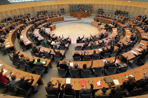 Abstimmung im Plenarsaal des Landtags; Bild: Landtag NRW
