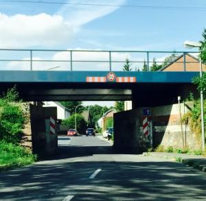 Eng und dunkel: Der Tunnel unter der Eisenbahnüberführung Feldenendstraße. Ab 2016 soll damit Schluss sein - die Widerlager zurückgebaut werden.