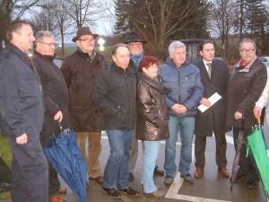 """An der Kreuzung """"Vier Wege"""" suchte Landtagsabgeordneter Stefan Kämmerling (2. v. r.) mit Anwohnern nach Lösungen."""