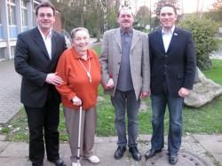 Geehrt: Gerd Tirko, Vorsitzender des SPD-OV Weisweiler, Dietmar Ecker, Stefan Kämmerling (SPD-Landtagskandidat) gratulieren Anni Okonski