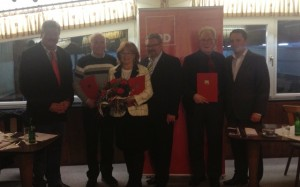 Die Jubilare können sich über ihre Auszeichnungen und einen regen Austausch mit Bundestagskandidat Detlef Loosz (Mitte) freuen. Auch MdL Stefan Kämmerling (rechts) und Vorsitzender Leo Gehlen (links) sprachen ihre Glückwünsche aus.