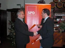 SPD-Landtagskandidat und Vorsitzender der SPD Eschweiler Stefan Kämmerling gratuliert Hans-Josef Gran zum 10-jährigen Parteijubiläum