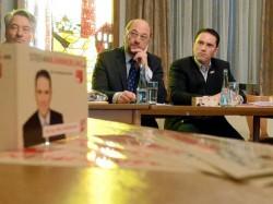 Zugehört und die Sorgen an der Parteibasis aufgesammelt: SPD-Landtagskandidat Stefan Kämmerling, Martin Schulz, der Fraktionsvorsitzende der Sozialisten im Europa-Parlament, und Ortsvereinsvorsitzender Rolf Engels (v.r.). Foto: J. Lange