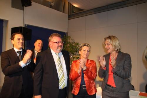 V.l.n.r.: Stefan Kämmerling MdL, Detlef Loosz mit seiner Ehefrau und Eva-Maria Voigt-Küppers MdL (im Hintergrund Friedhelm Krämer)